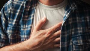Man legt zijn hand op zijn borst in een gebaar van borstklachten