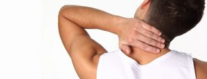Man legt hand in zijn nek in een gebaar van pijnklachten in de nek