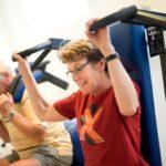 Vrouw die aan het sporten is en haar buikspieren traint met een toestel