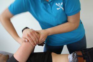 Fysiotherapeut behandelt een patient met een klacht aan de elleboog