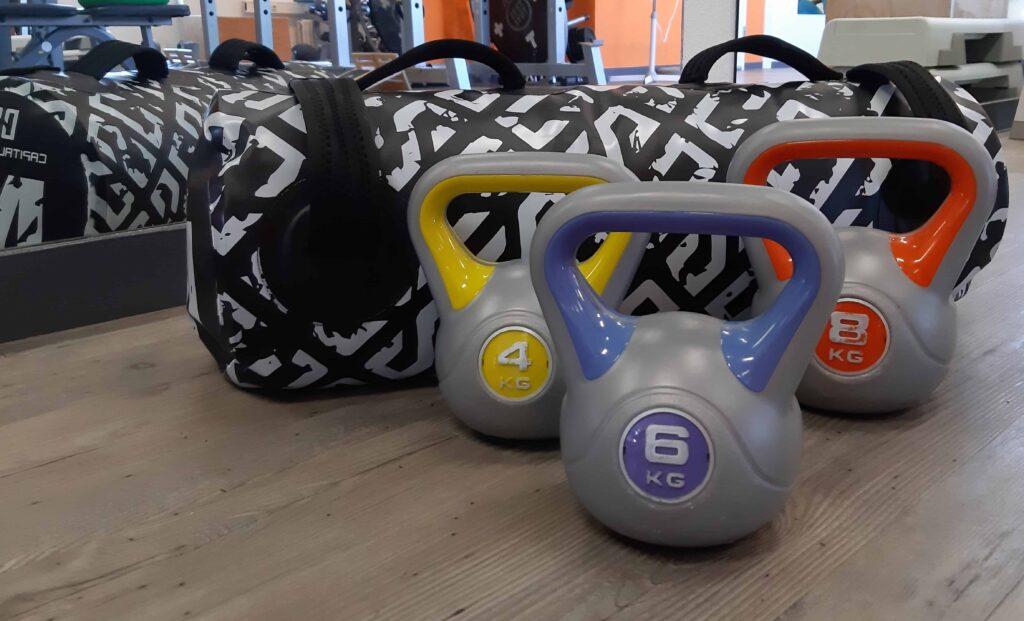 Fitness bag met 3 kettle bells ervoor