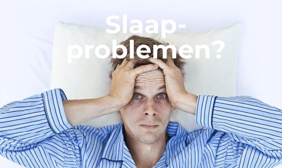man ligt wakker in bed met zijn handen op zijn hoofd en wil graag slapen