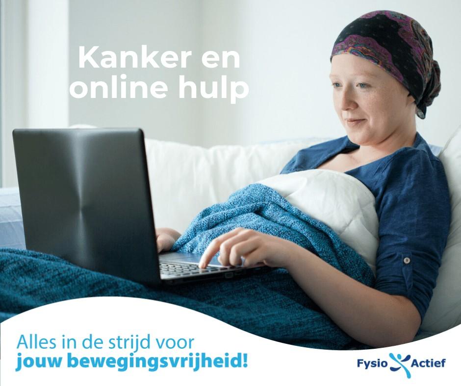 Vrouw met kanker ligt in bed en werkt op een laptop
