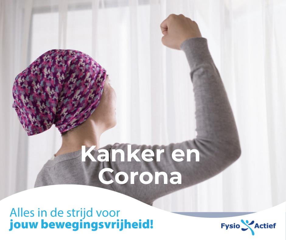 Vrouw met kanker die een overwinningsgebaar maakt