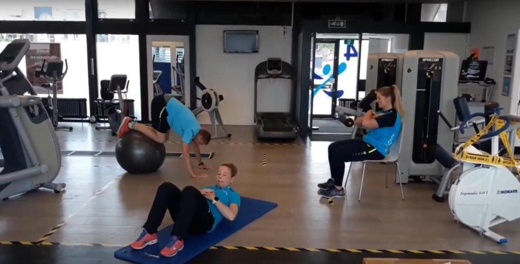 Sport Actief trainers laten een oefening voor thuis work out zien op 3 niveaus
