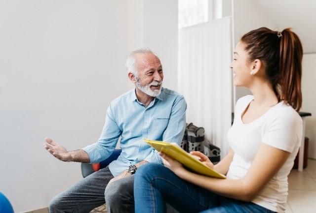Man in gesprek met de fysiotherapeut